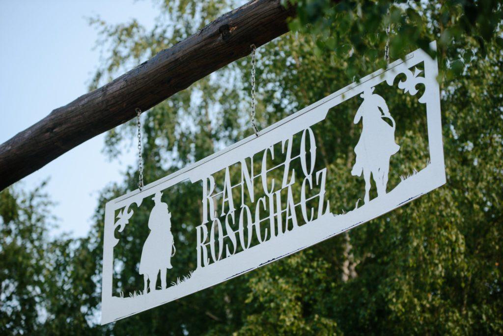 Ranczo Rosochacz brama wjazdowa z logo