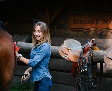 Dziewczyna czyszcząca konia