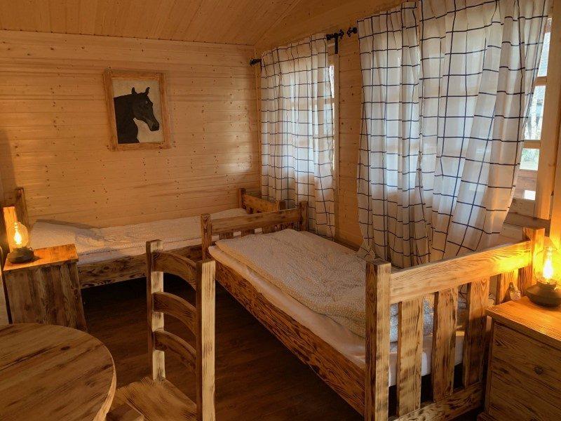 Domek czteroosobowy - widok na obrazek z koniem i łóżka